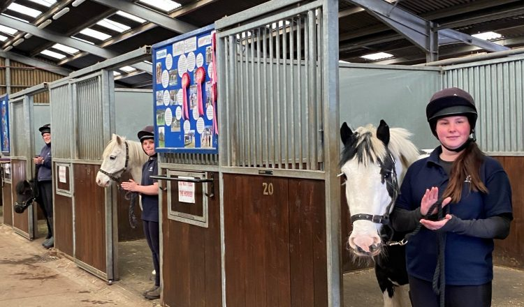 clapping 750x440 - Ponies (and their grooms!) from an equine rescue and rehoming centre show their support for our carers